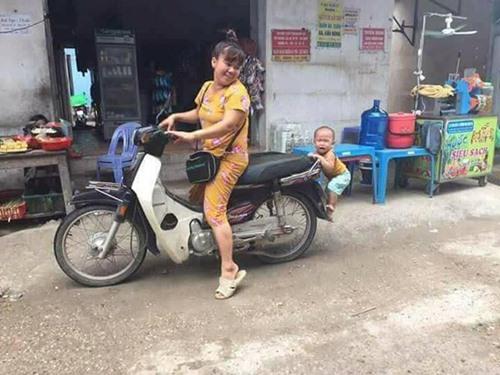 em bé không cho mẹ đi chợ, bé con không cho mẹ đi chợ, Bé đang syêu không cho mẹ đi chợ