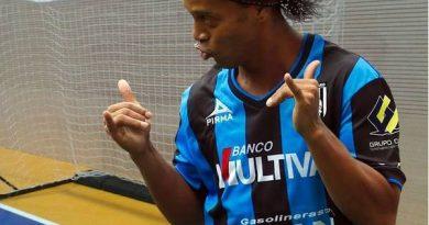 Tin bóng đá 17/3: Ronaldinho được tiết lộ về tình hình trong tù