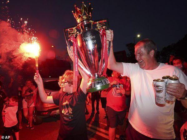 Fan Liverpool đi bão thâu đêm mừng chức vô địch