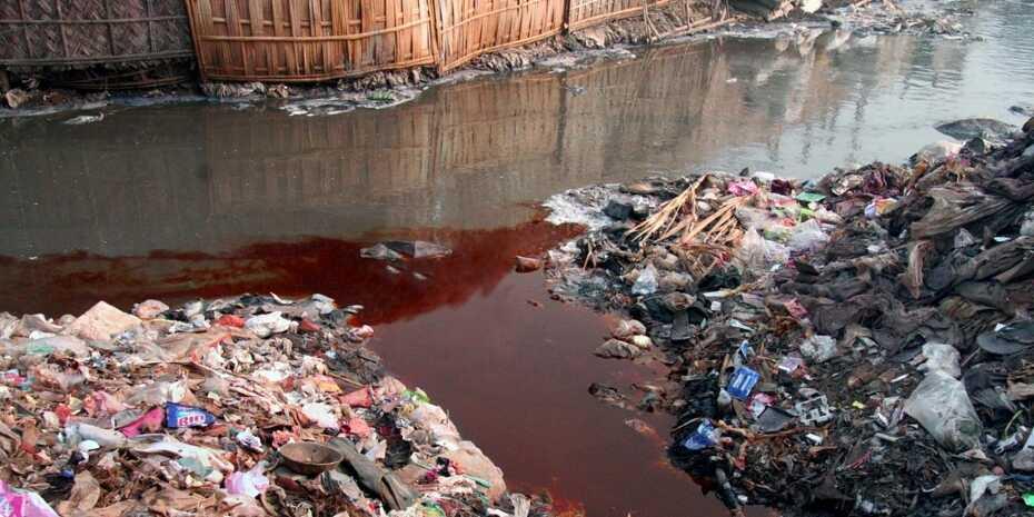 Ngành công nghiệp thời trang là một trong những nguyên nhân hàng đầu gây ô nhiễm nguồn nước. Ảnh: Ecowatch